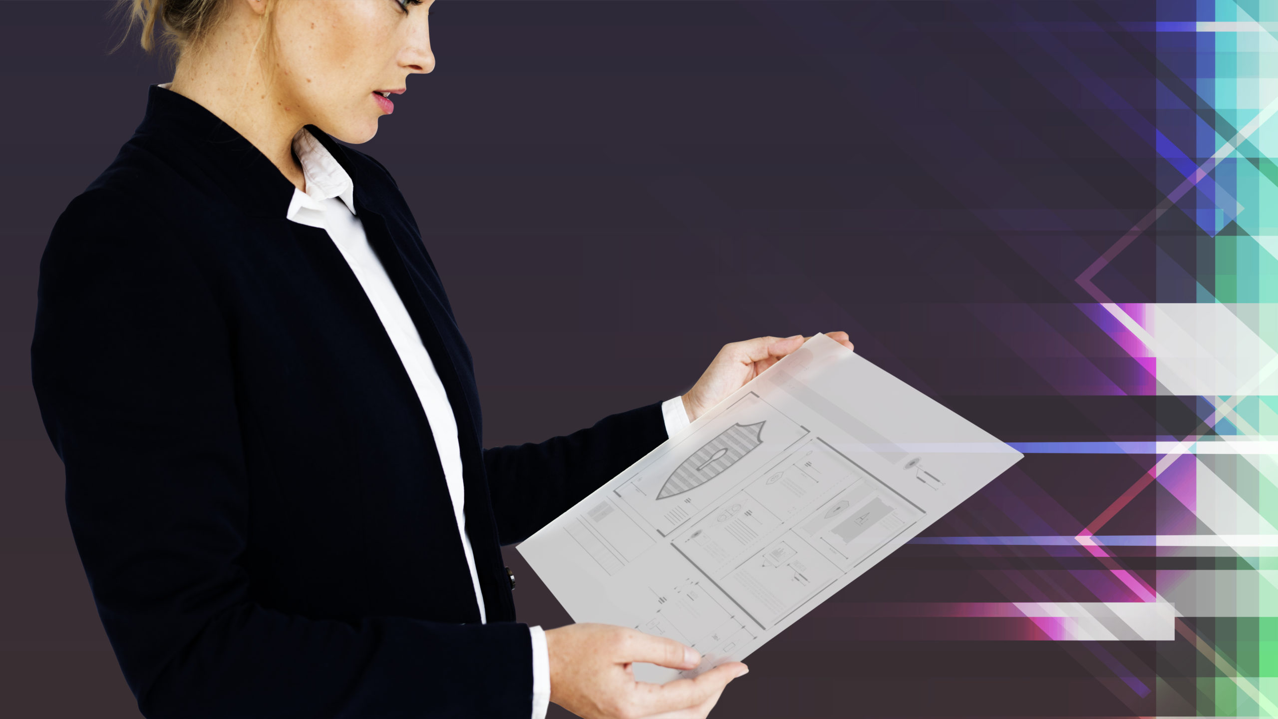 kobieta z regulaminem zawierającym procedury bezpieczeństwa