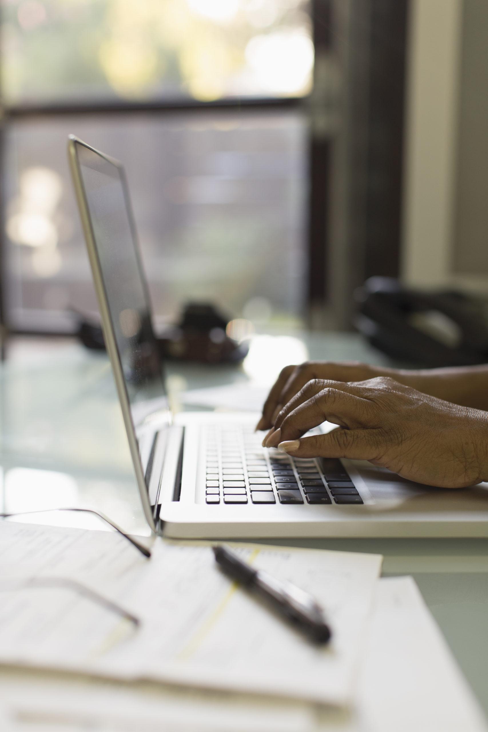 remote work klawiatura komputer dłonie
